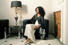 Femme de couleur, modèle de mode, avec la robe de réception Image libre de droits