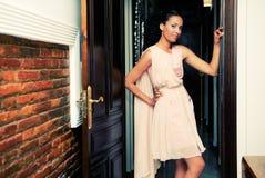 Femme de couleur, modèle de mode, avec la robe rose Photographie stock