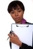 Femme de couleur tenant le presse-papiers. images libres de droits