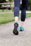 Femme de coureur courant sur une route, plan rapproché sur la chaussure/espadrilles Image libre de droits