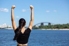 Femme de coureur d'ajustement faisant des gestes le symbole de victoire L'espace pour le texte images stock