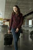 Femme de course dans l'aéroport Photos stock