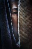 Femme de crainte se cachant dans le cabinet photographie stock libre de droits