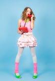Femme de cri de goupille- avec la position rouge de téléphone Photographie stock libre de droits