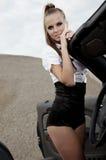 Femme de cru avec le véhicule de cabrio Photo stock