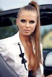 Femme de cru avec le véhicule de cabrio Photographie stock
