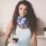 Femme de cuisine Jolie femme buvant du vin à la maison photographie stock libre de droits
