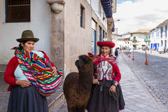 Femme de Cusco dans l'habillement traditionnel Image stock