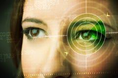 Femme de Cyber avec l'oeil militaire moderne de cible Photos stock
