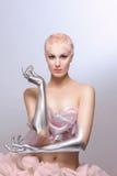 Femme de Cyber de l'avenir avec la coiffure d'argile, les mains argentées et la jupe photos libres de droits