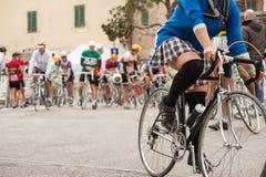 Femme de cycliste dans la mini-jupe pendant une course de bicyclette photographie stock libre de droits