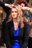 Femme de démonstration de Hairdress Photo stock