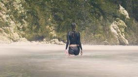 Femme de déplacement dans le lac de montagne et courant de l'eau découlant de la cascade tropicale Femme de touristes se baignant banque de vidéos