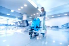Femme de déplacement dans le terminal d'aéroport Tache floue de mouvement abstraite Photographie stock libre de droits