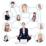 Femme de détente d'affaires s'asseyant avec l'ordinateur portable Photo stock