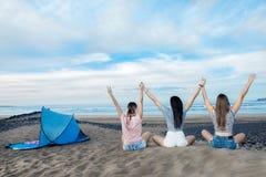 Femme de détente tenant des mains sur la plage Image stock