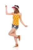 Femme de danse dans les shorts de denim et le dessus de réservoir pointillé Photographie stock