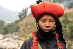 Femme de Dao Minority Group rouge dans Sapa, Vietnam images libres de droits