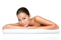 Femme de demande de règlement de peau de beauté de station thermale Photo stock