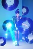 Femme de disco criant avec des disques vinyle dans la lampe au néon de main et Photos libres de droits