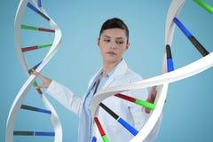 Femme de docteur agissant l'un sur l'autre avec des brins d'ADN 3D Photos stock
