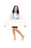 Femme de docteur avec le conseil vide blanc Photographie stock