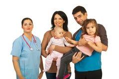 Femme de docteur avec le famille heureux Photo stock