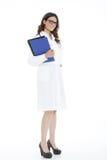 Femme de docteur avec un dossier, se tenant Photographie stock libre de droits