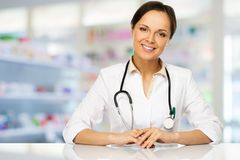 Femme de docteur dans la pharmacie Image stock