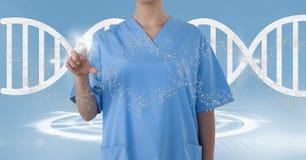 Femme de docteur se dirigeant avec le brin d'ADN Image libre de droits