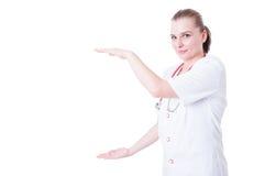 Femme de docteur tenant le secteur vide d'espace publicitaire Photo stock