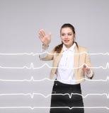 Femme de docteur travaillant avec des lignes de cardiogramme Photos libres de droits