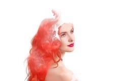 Femme de double exposition et nuage de fumée rouge photographie stock libre de droits
