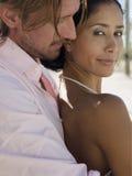 Femme de embrassement d'homme par derrière Photo libre de droits