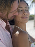 Femme de embrassement d'homme par derrière Photographie stock libre de droits