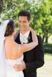 Femme de embrassement de marié futé dans le jardin Photo stock