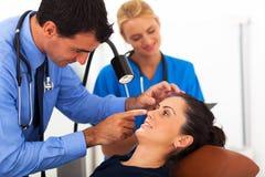 Femme de examen d'ophtalmologue image stock