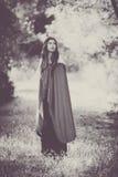 Femme de fiction dans le manteau dans la forêt images stock