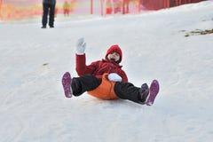 Femme de fille de famille sledding sur la neige de la colline d'hiver Images libres de droits