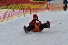 Femme de fille de famille sledding sur la neige de la colline d'hiver Image stock