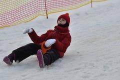 Femme de fille de famille sledding sur la neige de la colline d'hiver Photographie stock libre de droits
