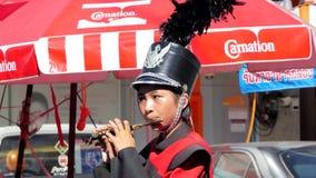 Femme de flûtiste jouant le piccolo et la fanfare banque de vidéos