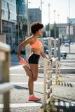 Femme de forme physique établissant, concept de bien-être Image libre de droits
