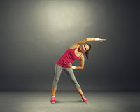 Femme de forme physique au-dessus de fond foncé Photo stock