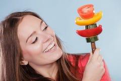 Femme de forme physique avec des légumes Régime suivant un régime Photos stock