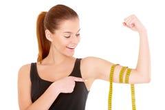 Femme de forme physique avec la bande de mesure Photographie stock libre de droits