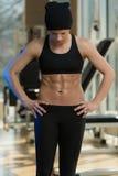 Femme de forme physique avec six paquets photographie stock