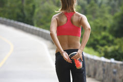 Femme de forme physique courant à la traînée tropicale de forêt Photos stock