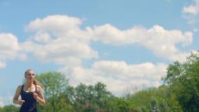 Femme de forme physique courant dans le mouvement lent Courses de fille sur le fond de ciel clips vidéos