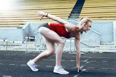 Femme de forme physique de coureur sur la voie Image stock